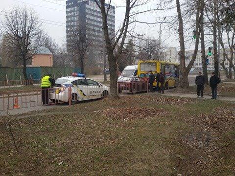 Біля «Метро» зіткнулися два автомобіля. Одну жінку травмовано