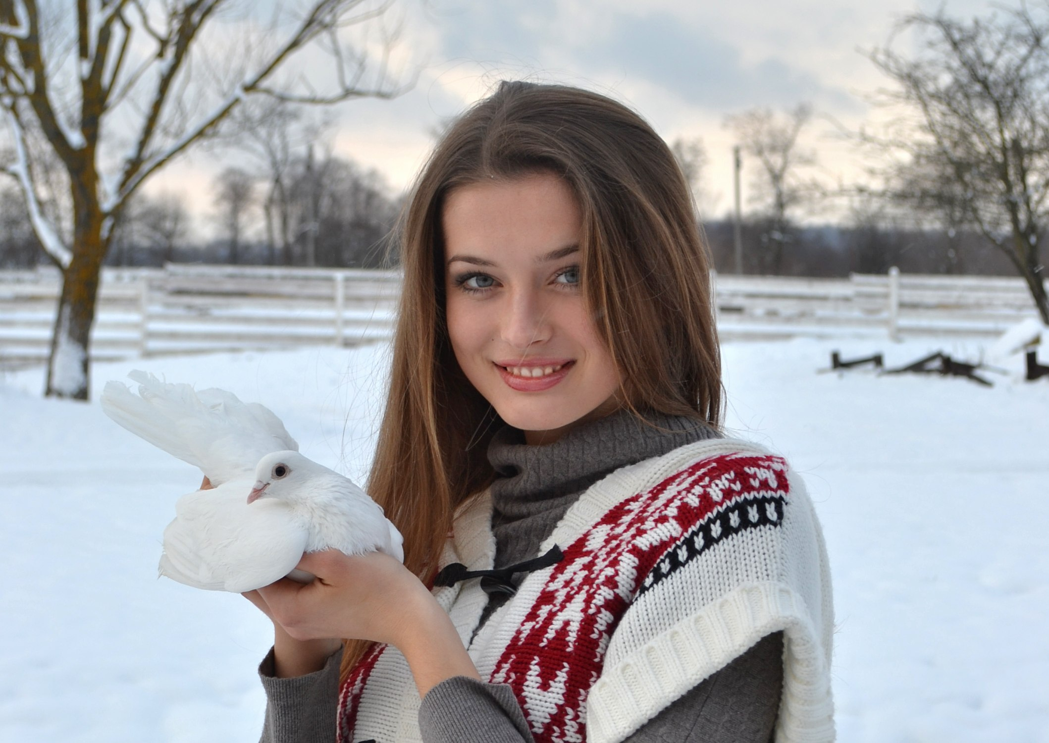 Фото красивой девушки дворник
