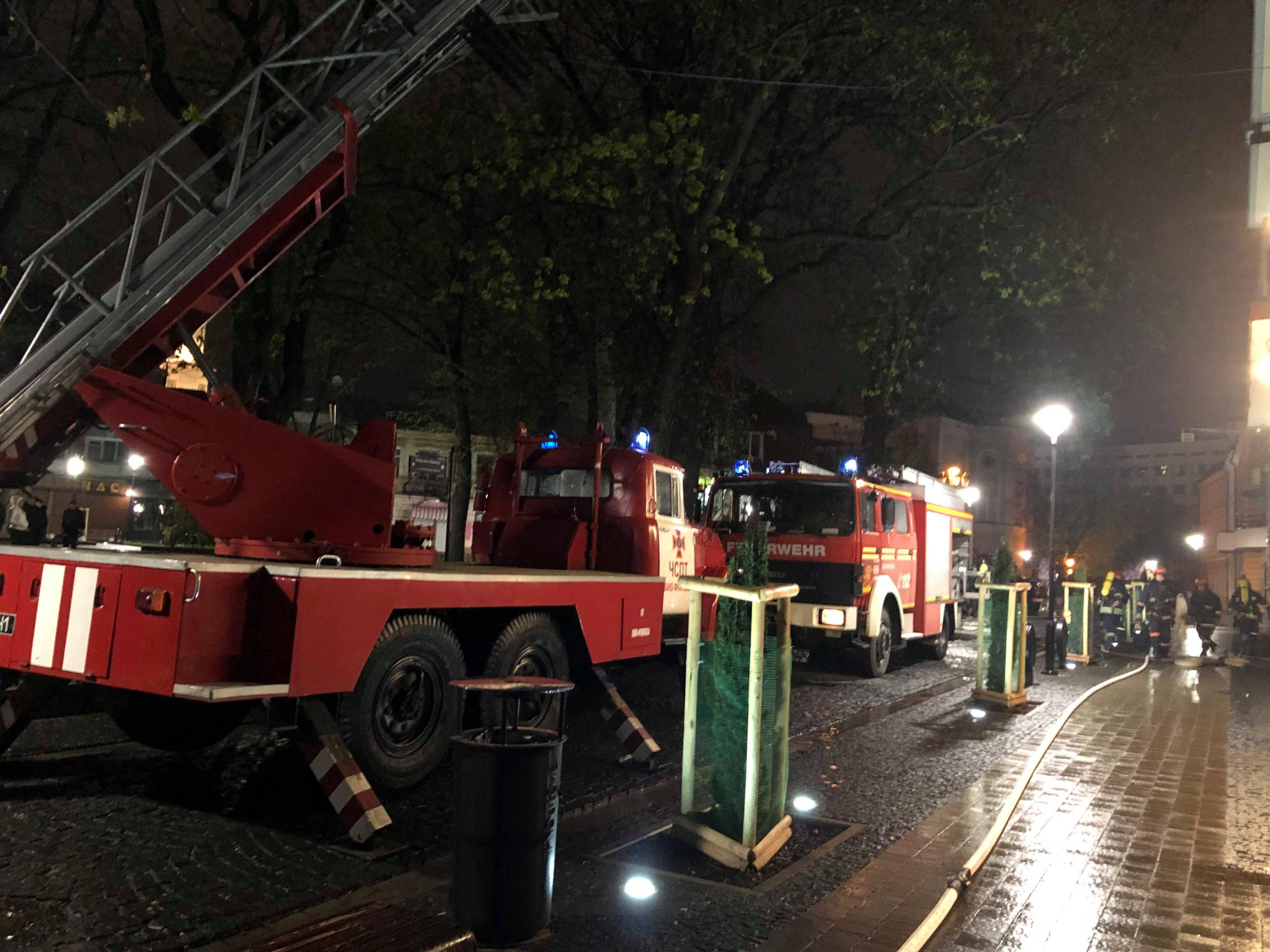 Франківські пожежники врятували з нічної пожежі на «Пасічній» чотири дитини
