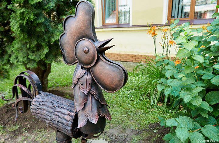 У середмісті Франківська вандали зламали ковану скульптуру (фоторепортаж)