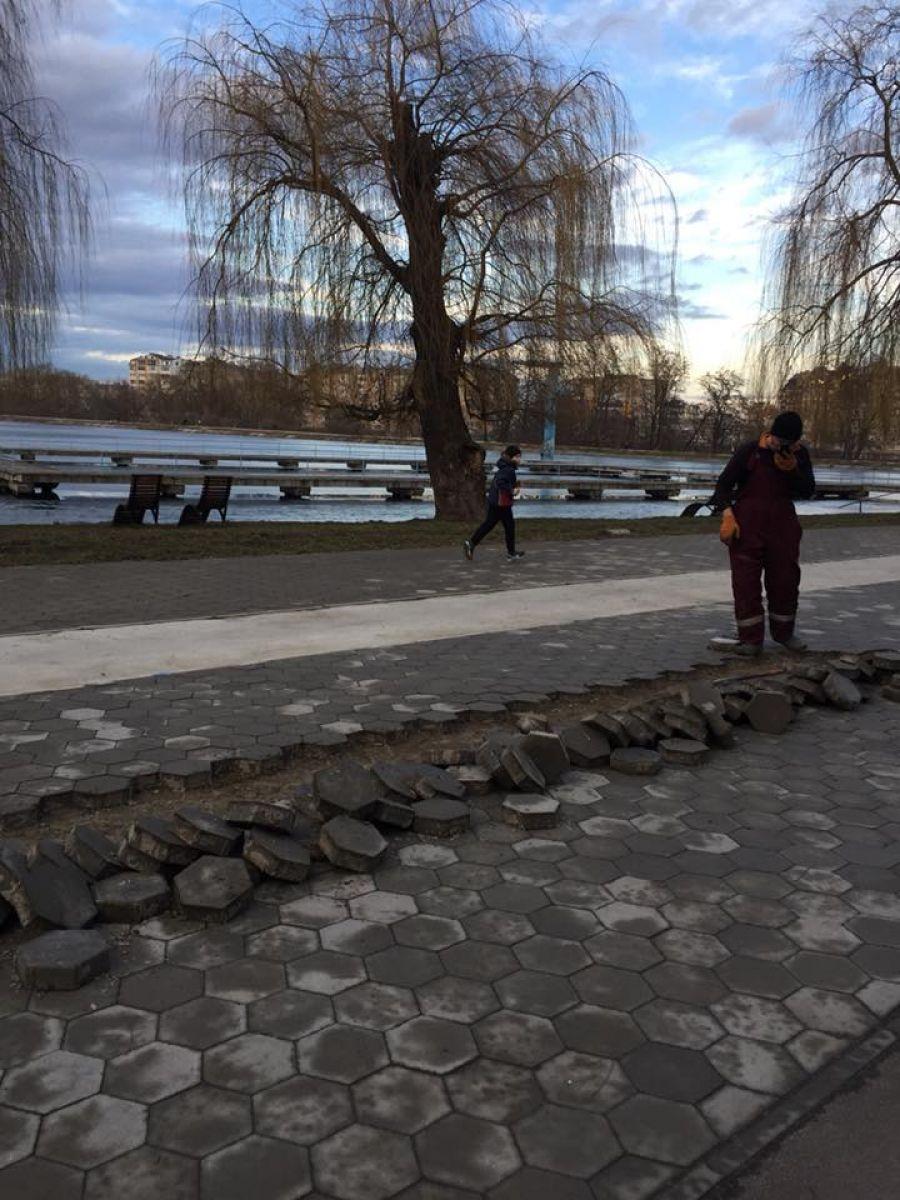 Ремонти по-франківськи: на міському озері знімають бруківку, яку нещодавно виклали (фото)