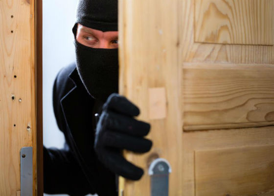 """Результат пошуку зображень за запитом """"До місцевого відділу поліції надійшло повідомлення від 51-річного франківчанина, про те, що він виявив пошкоджені та відчинені двері до своєї квартири."""""""