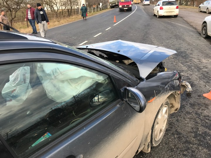 Поблизу Галича зіткнулося два автомобіля. Одну особу госпіталізовано