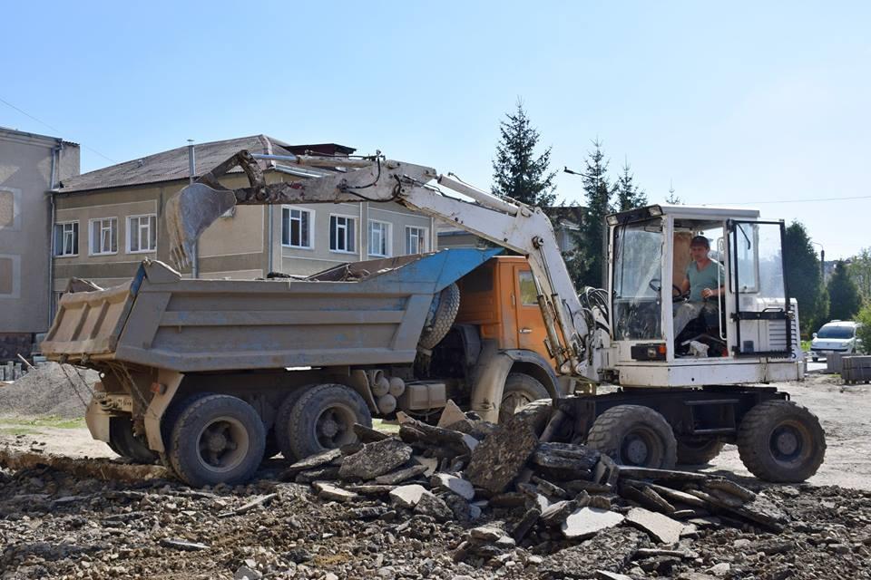 На території Івано-Франківської міської поліклініки № 1 тривають відновлювальні роботи (відео)