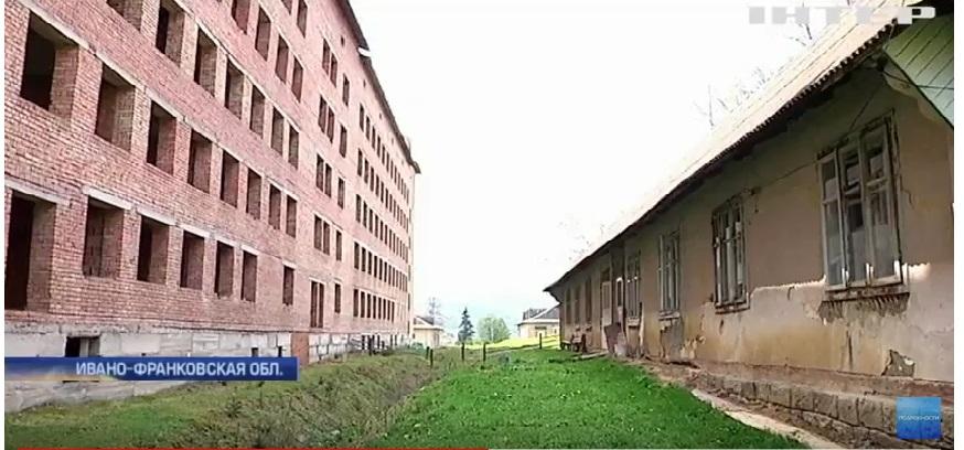 Маленькі палати, трухлявість, сирість: у Верховині пацієнтів лікують у будівлі 19 століття (відеосюжет)