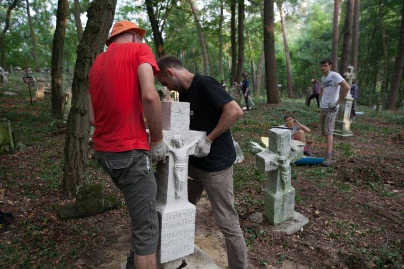 Франківська молодь відновлюватиме українське кладовище в Польщі