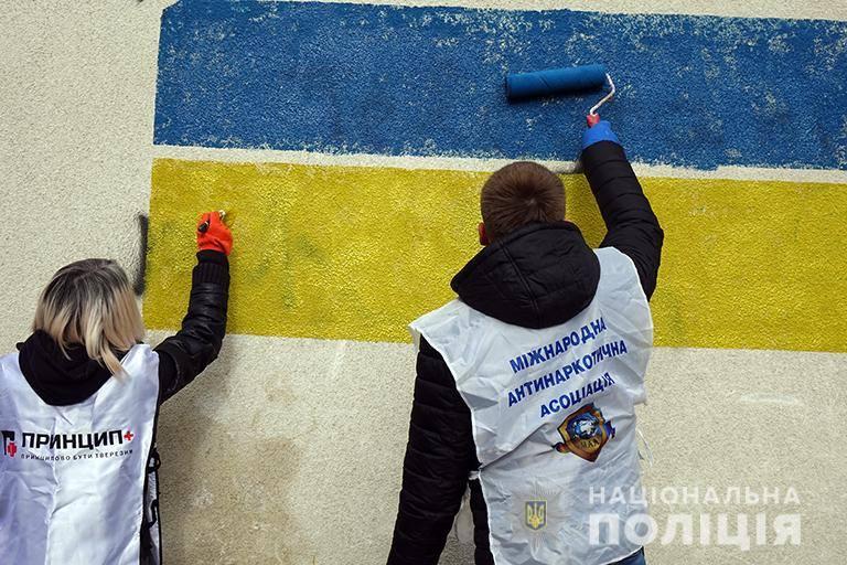Поліція та громадськість зафарбували рекламу наркотиків на будівлях Івано-Франківська (фоторепортаж)