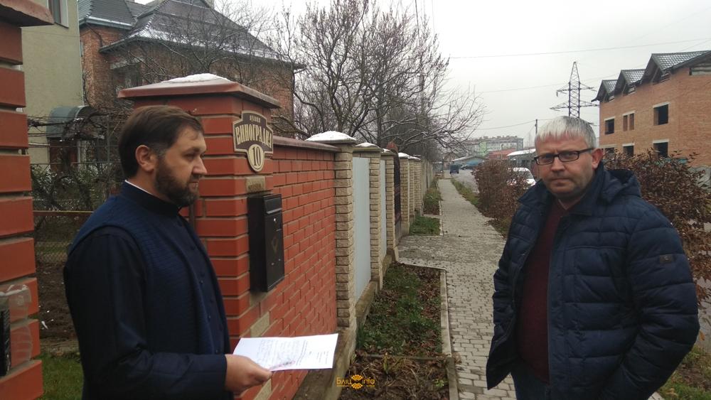 У Франківську місцеві активісти прийшли до очільника Московського патріархату області, щоб дізнатися його позицію щодо автокефалії (фото+відео)