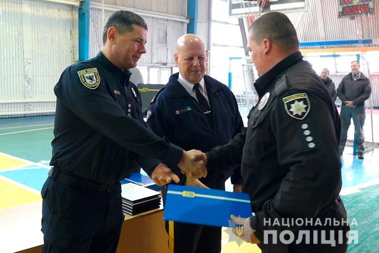 Прикарпатським поліцейським, яких вчили канадці, вручили сертифікати (відеосюжет)