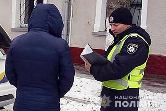 Поліцейські розшукали зловмисника, який пограбував прикарпатку біля банкомата