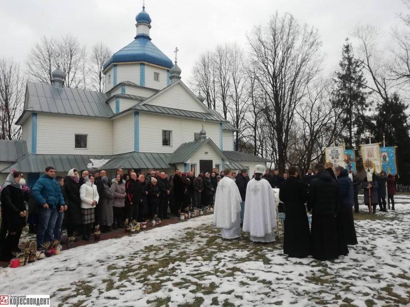 На Богородчанщині у церкві, яка належала Московському патріархату, вперше відправив службу священик ПЦУ (фотофакт)