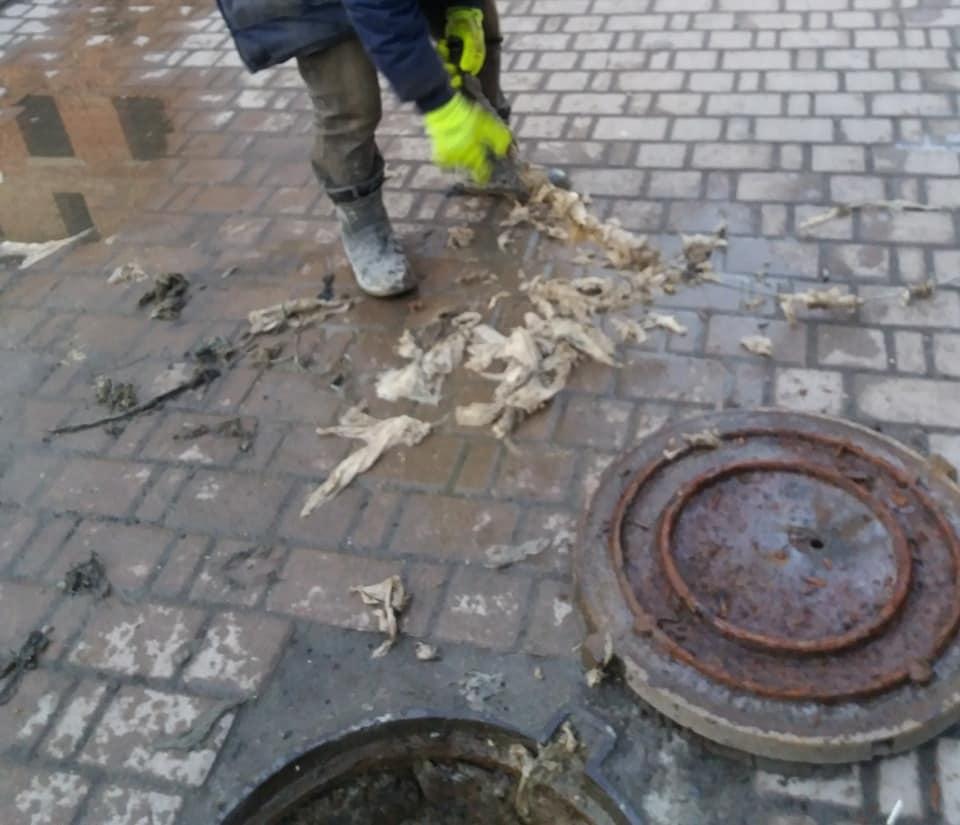 Ганчірки та целофан: Франківці зробили з каналізації смітник (фотофакт)