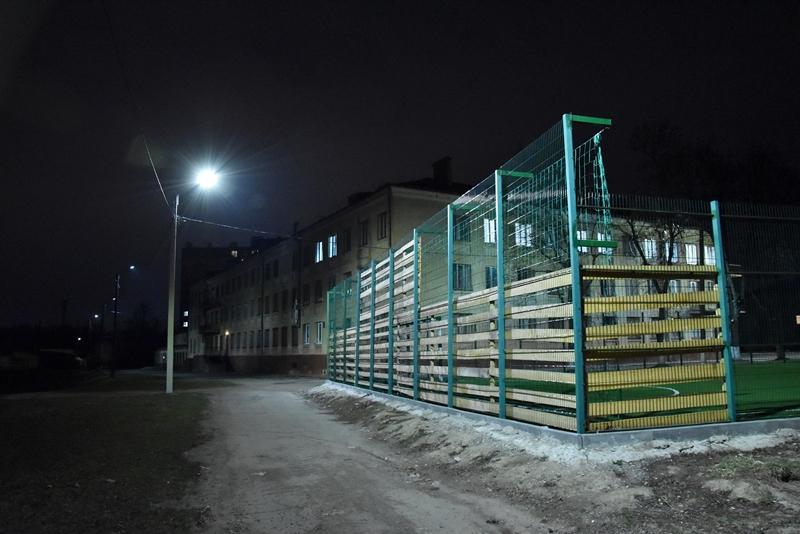 В одній зі шкіл Франківська встановили нове вуличне освітлення (фотофакт)