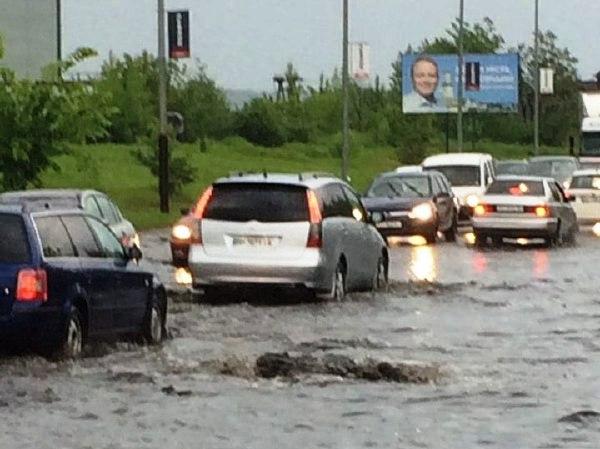 Вулицю Надрічну заливає нечистотами та водою. Люди в паніці, а будинки під загрозою підтоплення (фото+відео)