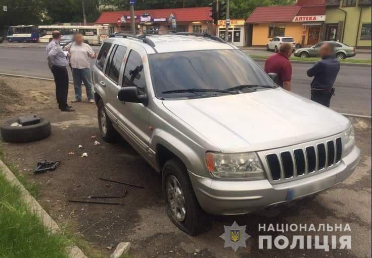 Двоє молодиків з Франківська побили іноземця, коли той міняв колесо в авто (фотофакт)