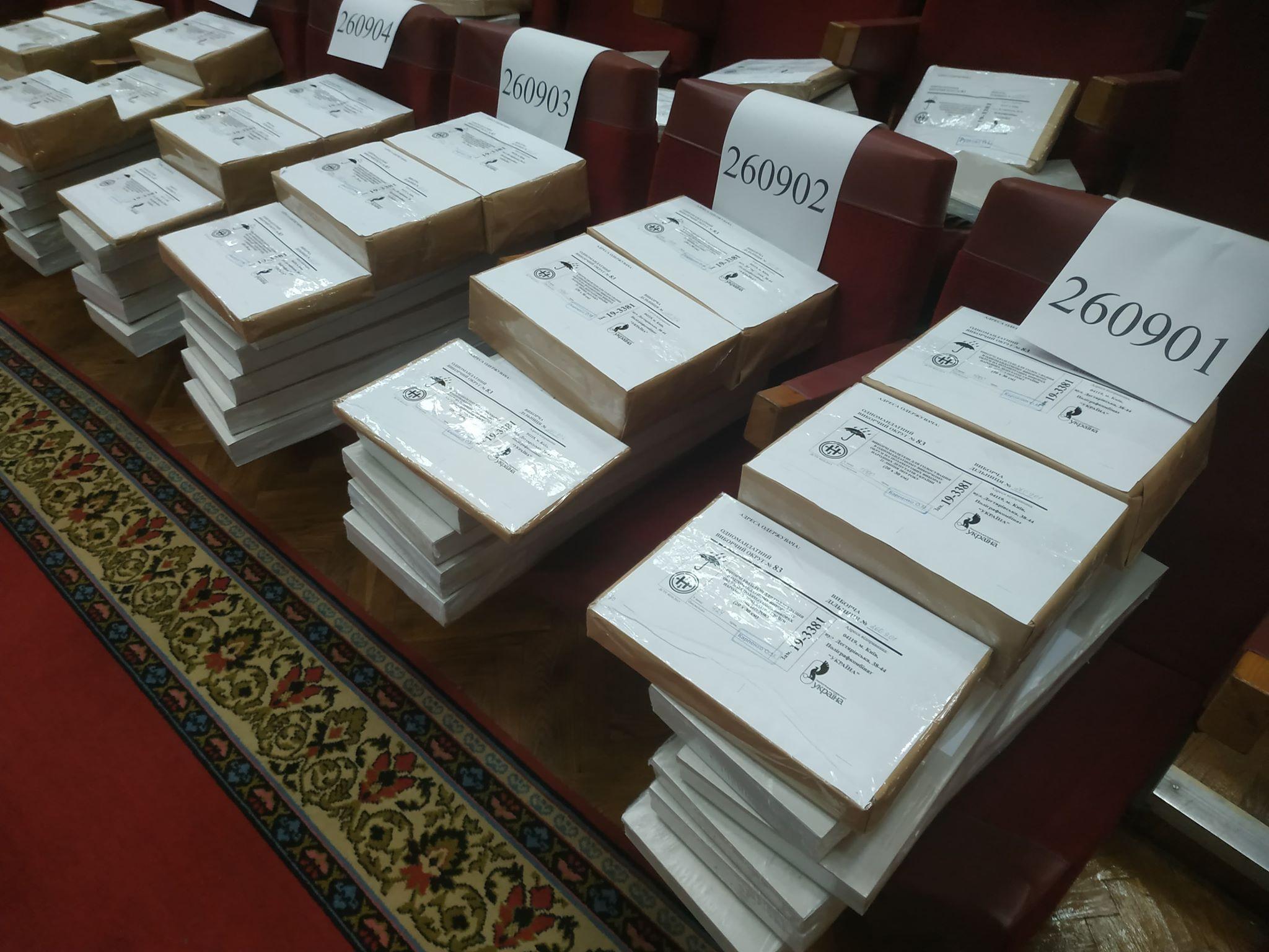 У Франківську почали видавати виборчі бюлетені на дільниці (фоторепортаж)