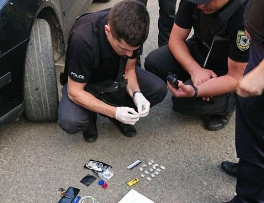 Франківські патрульні впіймали двох юнаків з наркотиками (фотофакт)