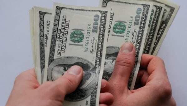 Прикарпатець продав автівку за фальшиві долари
