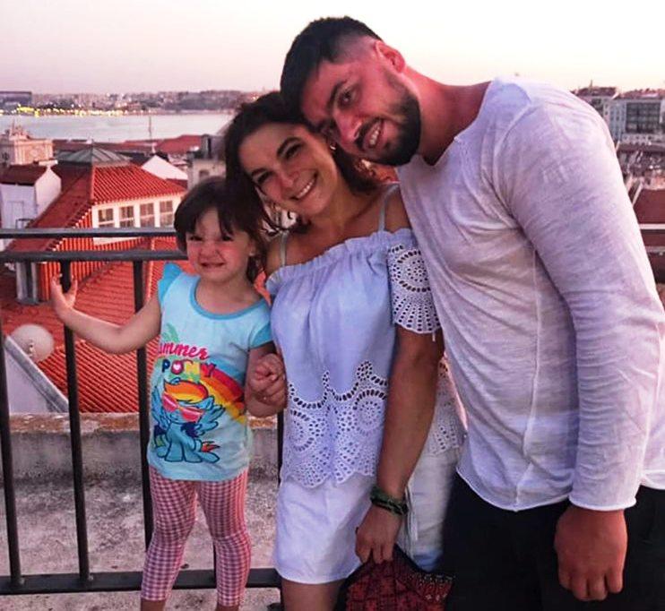 Дівчинка, яку забрала від франківського подружжя португальська поліція, повертається додому