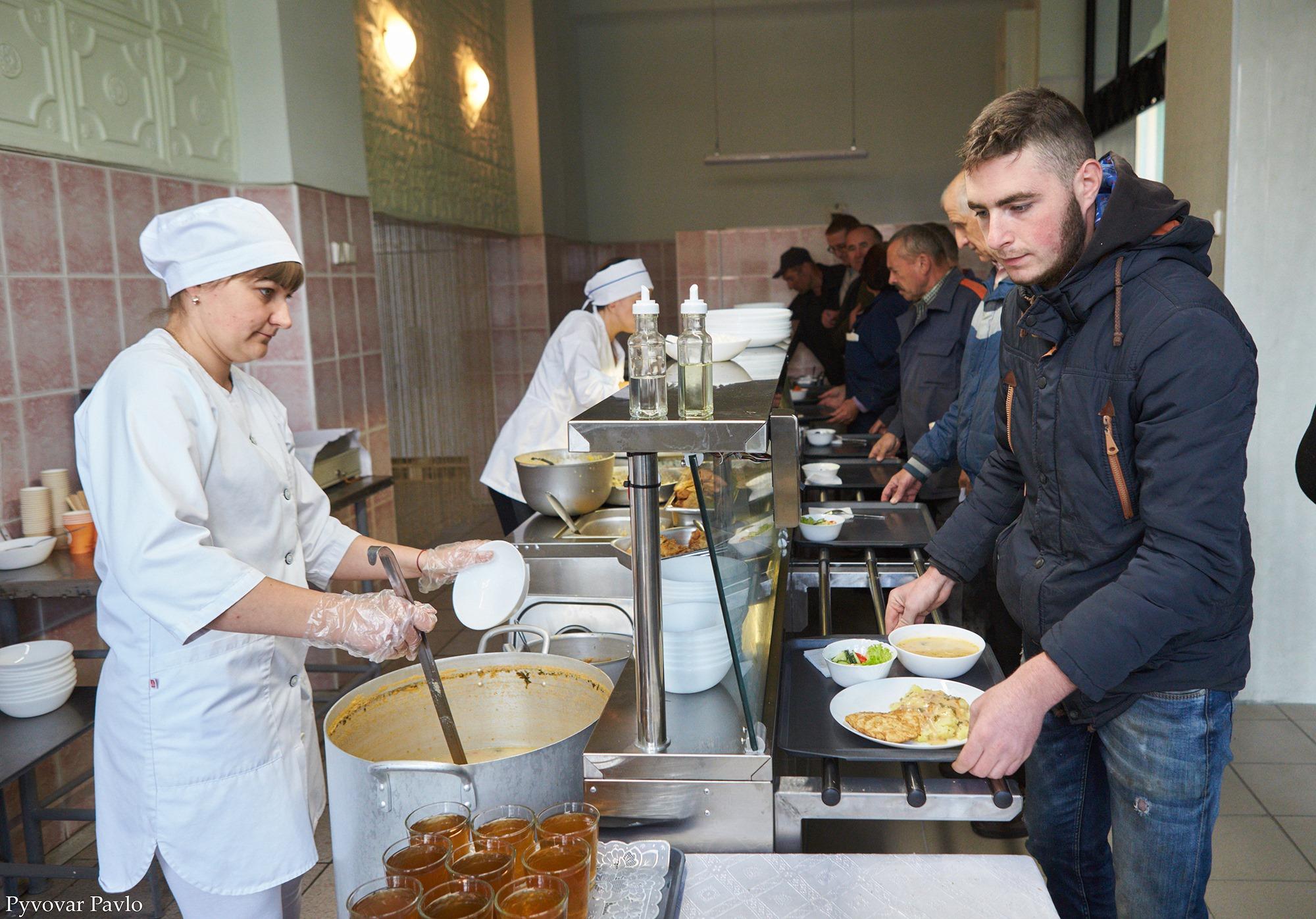 Пообідати за 15 гривень: у Локомотиворемонтному заводі запрацювала їдальня (фоторепортаж)